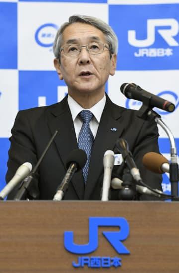 近畿エリアの在来線の深夜帯ダイヤ見直しなどについて話すJR西日本の来島達夫社長=24日午後、大阪市