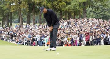男子ゴルフの米ツアーZOZOチャンピオンシップが開幕、9番でタイガー・ウッズのバーディーパットを見る大勢のギャラリー=24日、千葉県印西市の習志野CC