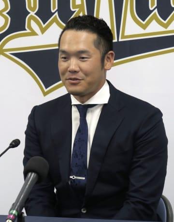 新たに3年契約を結んだオリックスのT―岡田外野手=24日、大阪市