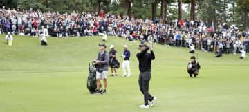 男子ゴルフの米ツアーZOZOチャンピオンシップが開幕、14番でタイガー・ウッズの第3打を見る大勢のギャラリー=24日、千葉県印西市の習志野CC