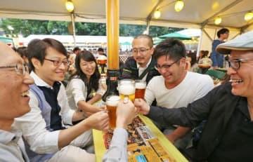 100万人以上が訪れる人気イベント「さっぽろ大通ビアガーデン」。大通公園周辺がコースとなれば営業に影響する可能性もある=7月19日