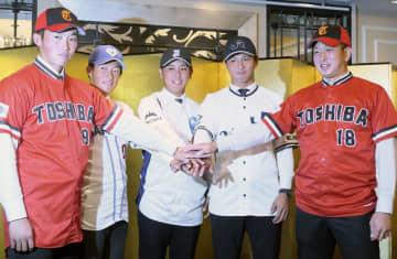 社会人野球日本選手権の開幕を控え、記者会見でポーズをとるJFE西日本の河野(中央)、JR西日本の佐藤(右から2人目)ら=24日、大阪市