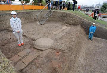 西寺講堂跡で見つかった基壇。平安初期の造営時の姿をとどめ、建物焼失後に据えた礎石も残る(24日午後2時、京都市南区)