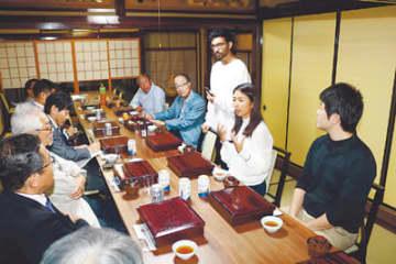 研究への思いを語るゴータムさん(右から3人目)と三崎さん(同2人目)