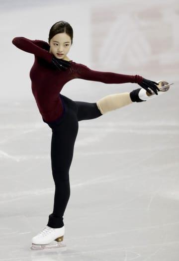 公式練習で調整する本田真凜=24日、カナダ・ケロウナ(共同)