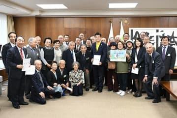 要望書を提出した「片柳東部公共施設整備協議会」と「片柳地区にLRTを導入する会」のメンバー=23日午後、さいたま市役所