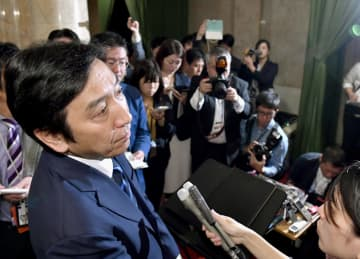 閣議後の記者会見で質問を聞く菅原経産相=25日午前8時41分、国会