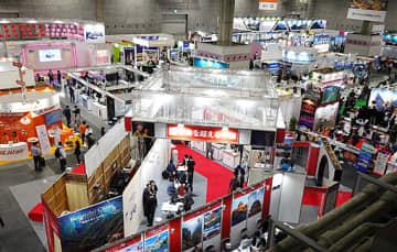 各国のブースが並び、国際色あふれる会場=24日、大阪市住之江区のインテックス大阪