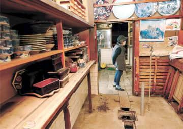 床上浸水で調理場や座敷が水に漬かった「いのしし料理 金八寿司」=22日午前10時ごろ、宮城県丸森町千刈場