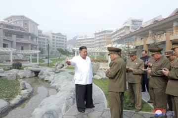 北朝鮮・平安南道の陽徳郡温泉観光地区の建設現場を視察する金正恩朝鮮労働党委員長。朝鮮中央通信が25日報じた(朝鮮通信=共同)