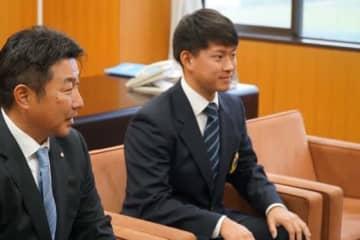 ヤクルトから指名挨拶を受けた日体大・吉田大喜(右)【写真:編集部】
