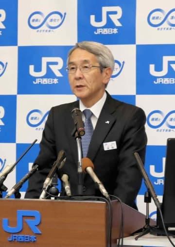 会見で終電前倒しの必要性を語るJR西日本の来島社長(大阪市北区)