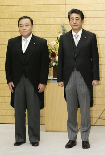 経産相に就任し、安倍首相(右)と記念写真に納まる梶山弘志氏=25日午後、首相官邸