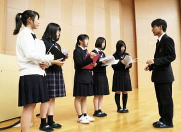 会場でコンサートの進行などを確認する倉敷高の生徒たち=17日