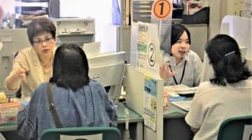 窓口で求職者の相談に対応するハローワークの職員ら=24日。那覇市のハローワーク那覇