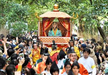 大勢の観光客らに見守られながら、竹林を進む斎宮行列(京都市右京区)