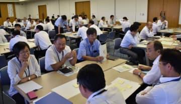 男性職員の育休取得促進に向けて意見を交わす幹部職員ら=25日午後、宮崎市・県警本部