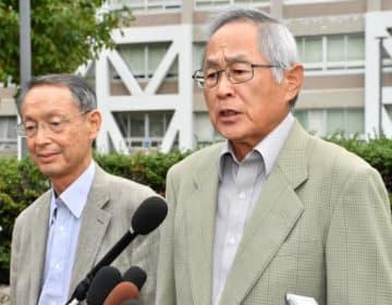 判決後、広島高裁前で報道陣の質問に答える津田さん(右)。隣は山田弁護士(撮影・天畠智則)
