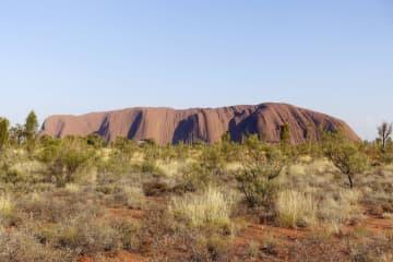 オーストラリア中央部の巨大岩山ウルル(英語名エアーズロック)=25日(共同)