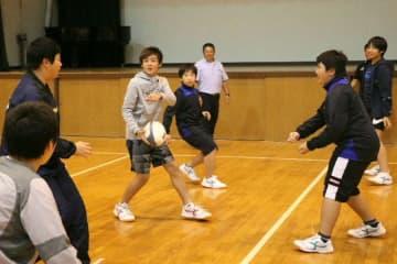 県内唯一の中学ラグビー部が発足。練習に取り組む生徒たち=別府市の別府鶴見丘高
