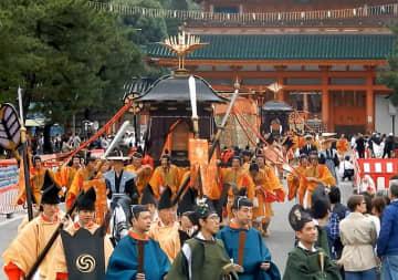 平安神宮を出発する時代祭神幸列(26日午前9時10分、京都市左京区)