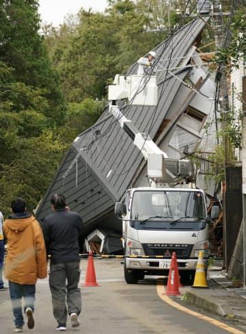 千葉市緑区誉田町で土砂崩れに巻き込まれた住宅=26日午前8時29分