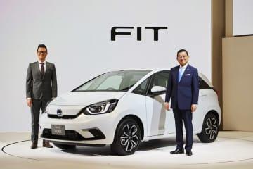 新型フィットの開発責任者の田中健樹LPL(左)と、八郷隆弘社長