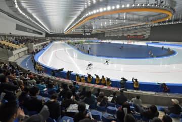 YSアリーナ八戸初の競技大会として開幕した全日本スピードスケート距離別選手権=25日午後、八戸市