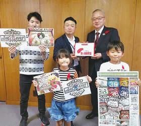 米野事務局長に募金箱を手渡す岡村さん(後列中央)
