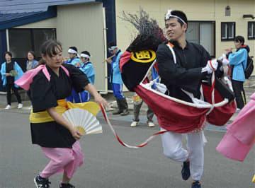 八幡町町内会のメンバーとともに、町内で荒馬を披露する今別校舎の生徒たち