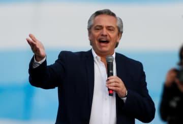 24日、アルゼンチン東部マルデルプラタで演説するフェルナンデス氏(ロイター=共同)