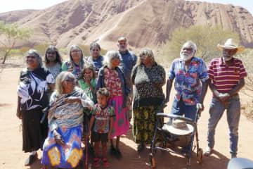 オーストラリア中央部の巨大岩山ウルルの登山禁止について取材に応じた先住民アボリジニの民族アナングの人々=26日(共同)