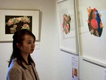 芸舞妓の髪形を表現した版画作品(京都市上京区・クサカベギャラリー)