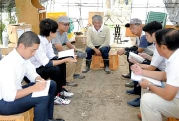 ベテラン農家で研修する就農者2人(左から3、5人目)の下を訪れ、独立に向けて話をする三里浜砂丘地農業支援センターのメンバー=福井県坂井市三国町
