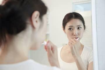 歯の神経を抜くと、痛みはなくなり虫歯の進行は止められますが、歯が脆くなり変色しやすくなるなどのデメリットも。