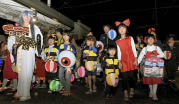 「水木しげるロード」で開かれたハロウィーンイベントで、妖怪姿に仮装し練り歩く参加者=26日午後、鳥取県境港市