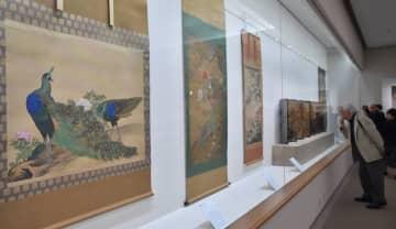 江戸時代の画家が描いた花鳥画が並ぶ会場(25日、京都市左京区・泉屋博古館)