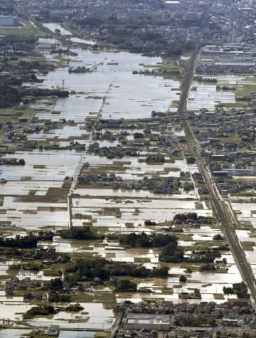記録的な大雨により浸水被害を受けた千葉県茂原市=26日午前9時36分(共同通信社ヘリから)