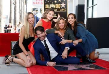 10月24日、米国の歌手・ピアニスト・俳優のハリー・コニック・Jr(手前)が、ハリウッドの殿堂入りを果たした。写真は妻(右から2人目)と娘たち - (2019年 ロイター/Danny Moloshok)
