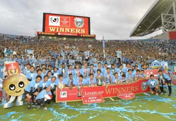 ルヴァン杯を初制覇し、サポーターをバックに記念写真に収まる川崎イレブン=埼玉スタジアム