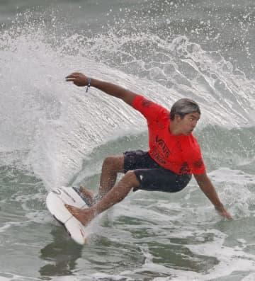 波を攻める五十嵐カノア=9月撮影