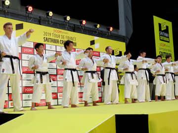 埼玉栄高校空手部の生徒と一緒に空手の形を披露する選手ら=26日午後、さいたま市中央区のさいたまスーパーアリーナ