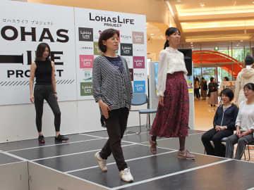 松原小夜子さん(左)の指導で美しい歩き方を実践する参加者=本巣市三橋、モレラ岐阜