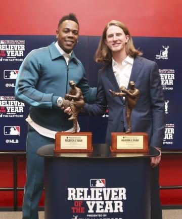 今季の米大リーグ最優秀救援投手に選ばれたヤンキースのチャプマン(左)とブルワーズのヘイダー=ワシントン(共同)