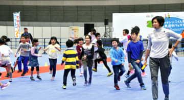 参加した児童らに速く走るコツを紹介するハニカット陽子さん(右)