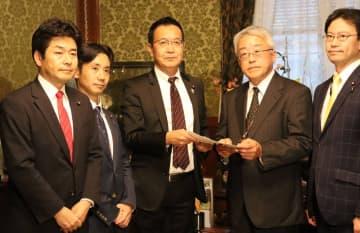 民間英語試験導入延期法案を衆院に提出する山井氏(左端)ら野党の国会議員(国会内)