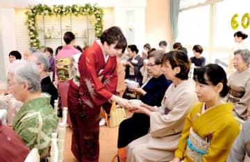 松山青年部60周年記念の茶席で振る舞いを受ける淡交会の会員ら