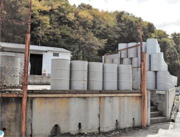 ドラム缶などをあらかじめ移動させていた高台と倉庫=26日午前11時30分ごろ、本宮市糠沢のアイシー産業