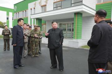 改修している北朝鮮・平安北道の妙香山医療機器工場を視察する金正恩朝鮮労働党委員長(中央)。朝鮮中央通信が27日報じた(朝鮮通信=共同)