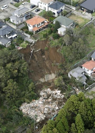 2人が犠牲になった千葉市緑区誉田町の土砂崩れ現場。土砂災害警戒区域に指定されていなかった=27日午後(共同通信社ヘリから)